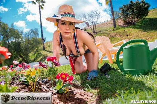 monstercurves-19-05-17-valentina-nappi-gardening-hoe.jpg