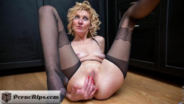 anilos-21-04-13-peggy-up-to-something.jpg